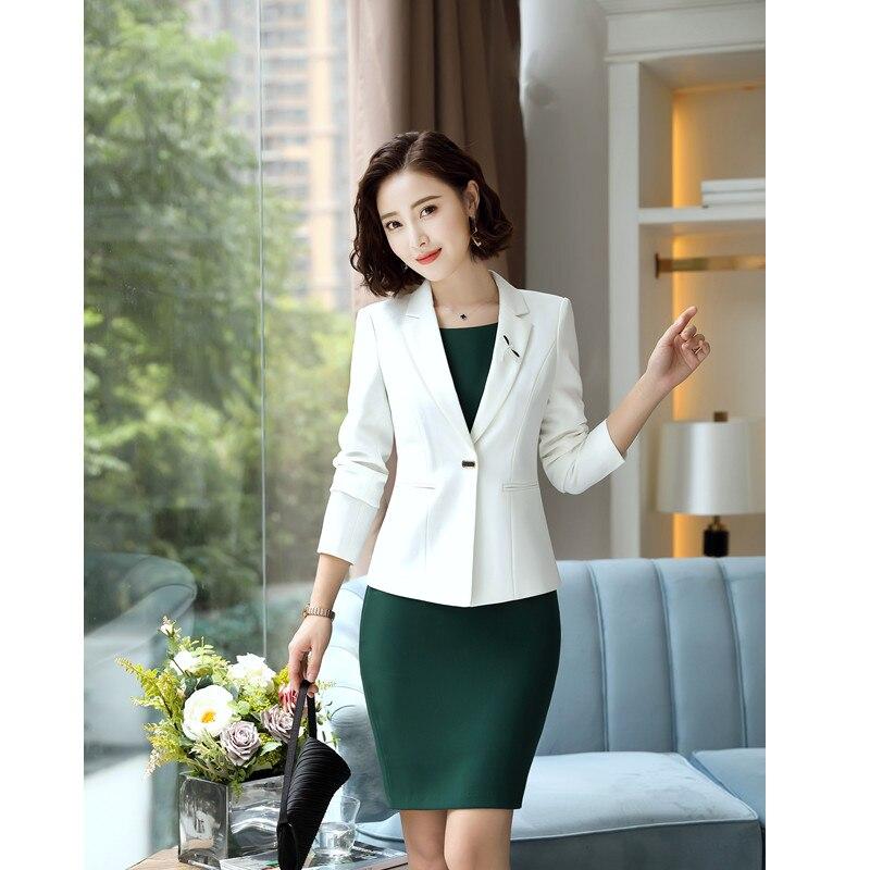 Vestido verde con chaqueta blanca