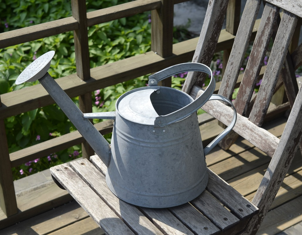 Watering cans are sold in Europe America Japan and Korea wind gardening iron large capacity old
