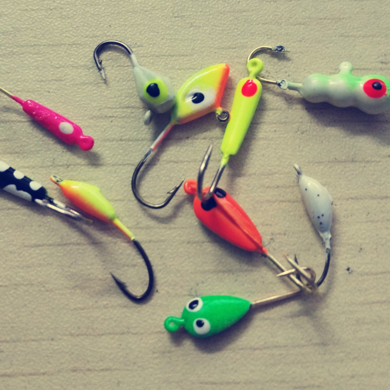 Mini jigs ice fishing hook jig head barbed lure soft worm for Fishing with jigs
