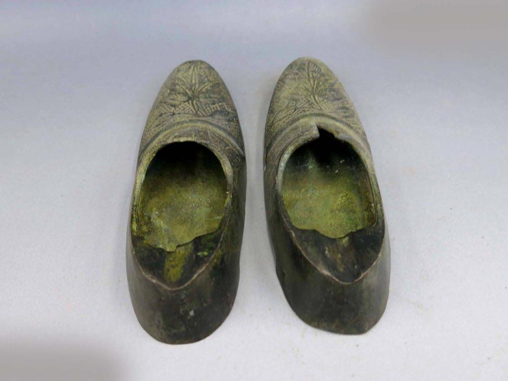 DS China Bronze Copper Carved Fine Flower Leather Shoes Pair Sculpture Statues