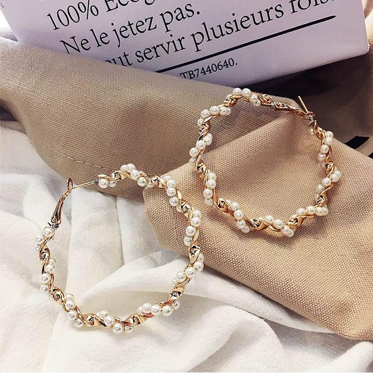 165dd10a74a6 MENGJIQIAO 2018 nueva Declaración imitación perla envolver grandes  pendientes de círculo para mujeres personalidad moda aro accesorios de  oreja ...