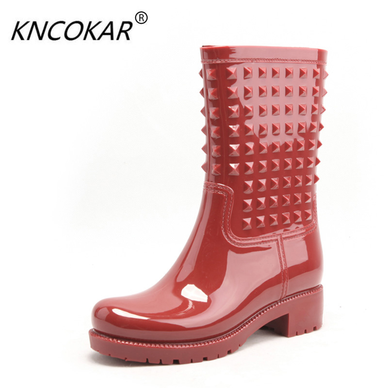 In the new winter authentic cylinder galoshes Fashion han edition rivet Martin boots Water shoes female wading boots qiu dong season with plush slippers female students in the summer of 2017 the new han edition joker fashion wears outside a word