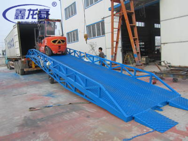 Forklift truck container mobile hydraulic loading ramp for for Rampe di carico per container