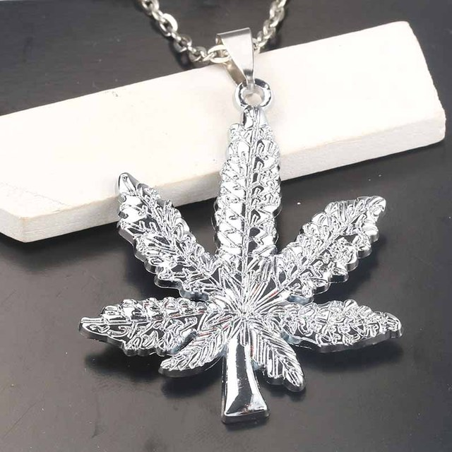 2018 New Silver Plated Cannabiss Weed Herbal Necklace Maple Leaf Pendant Necklace Hip Hop Jewelry Men and Women Pendants 1