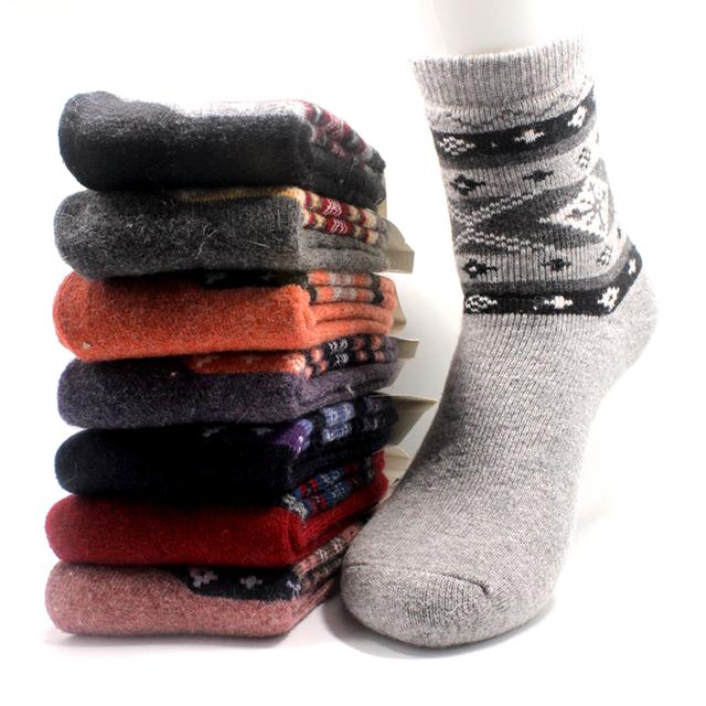 O Envio gratuito de meias mulheres meias de lã de coelho inverno quente Urso de Pelúcia selvagem meias moda casual um conjunto de colorido grosso meias de algodão puro