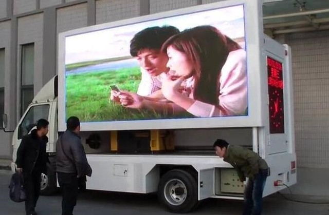 Signe mené mobile de dentition sur le camion P5 videowall extérieur 6500cd 960x960mm signes dintense luminosité annonçant laffichage de panneau daffichage led