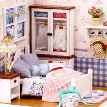 Doll House Möbler Varm Whispers Dammskydd Röstkontroll Light Wooden Handgjorda Dollhouse Leksaker för barn DIY Home Toy Girls