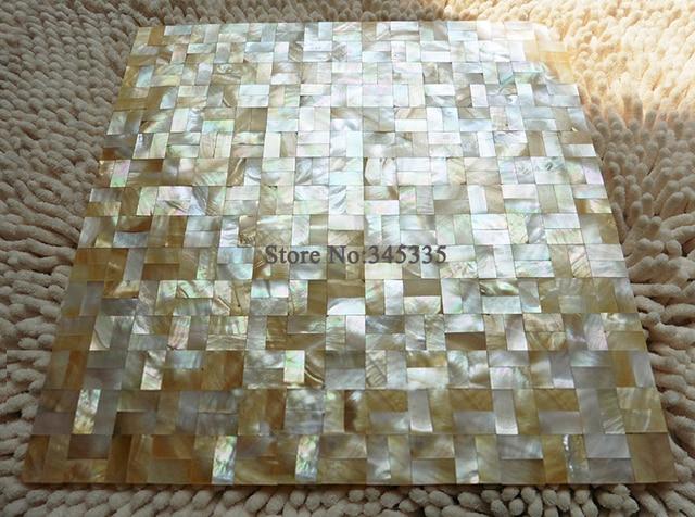 Metri quadrati labbro giallo mosaico delle coperture del mare