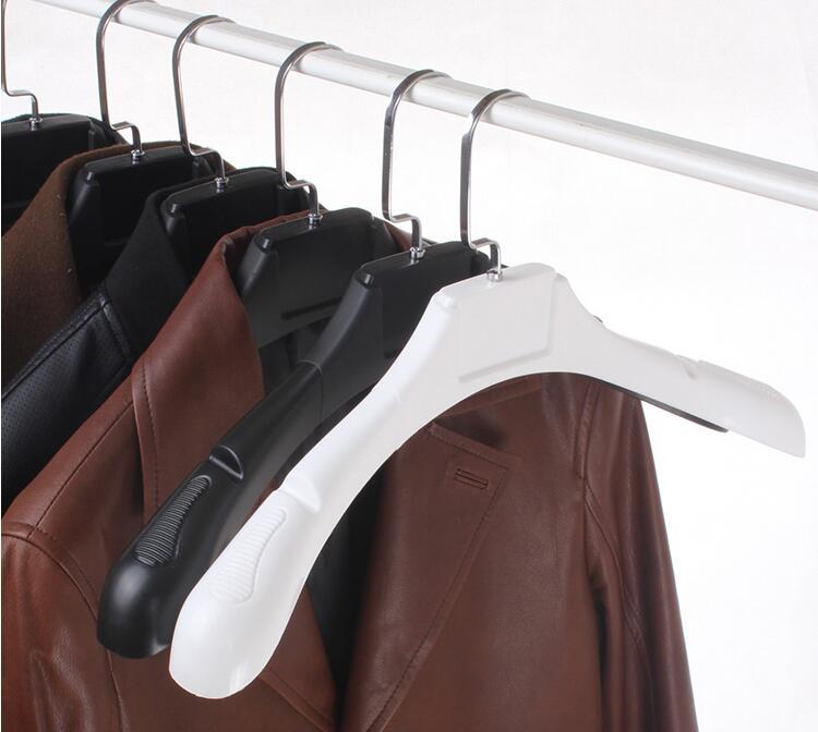 8 piezas / lote antideslizante, negro, blanco, ancho, plástico, colgador de ropa, para el traje de abrigos, estilo de hombre