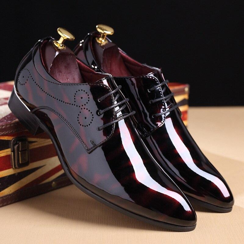 ebcefe3e9 Plus Size 48 Pionted Toe Sapatos de Couro Vermelho de Patente Preto Flats  Oxfords Sapatos de Casamento Vestido de 2018 Nova Primavera dos homens para  Ternos ...