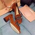 Europa Estilo Británico Retro Mate de Cuero Zapatos de Las Mujeres de Moda Grandes Cadenas de Metal Decoración de La Borla de La Franja de Señora Bombas de Chicas Calzado