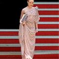 Cristais de luxo Frisada Light Pink Vestidos de Celebridades Da Moda Metade Mangas Um Ombro Drapeado Cetim Vestidos No Tapete Vermelho