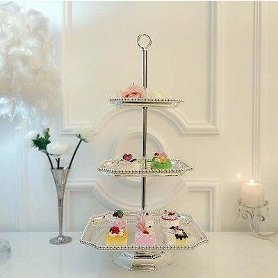 Ou, gâteau en fer forgé portant des articles d'ameublement de dessert de mariage multicouche plaqué argent trois couches de plateau de fruits