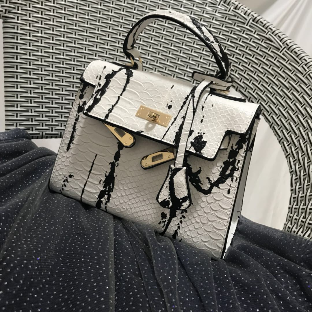Western style the new python pattern magazine has the same color and matching color as the female bag with handheld lock buckleWestern style the new python pattern magazine has the same color and matching color as the female bag with handheld lock buckle