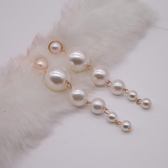 Pendientes largos de perlas elegantes y de moda