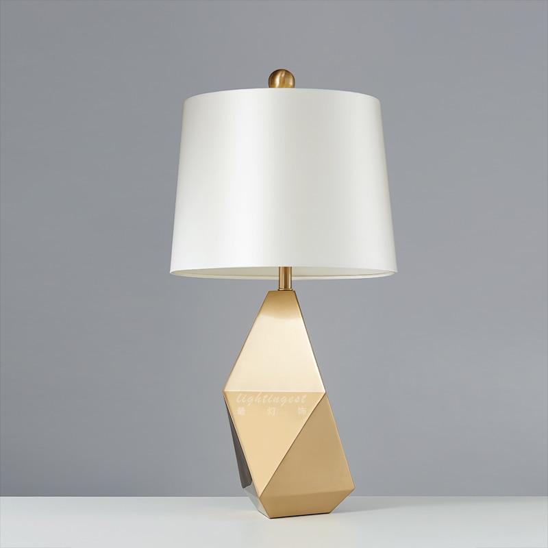 Lampe de table moderne designers américains bord créatif modèles de couverture en tissu métallique tenant hall villas art lampes de table décoratives