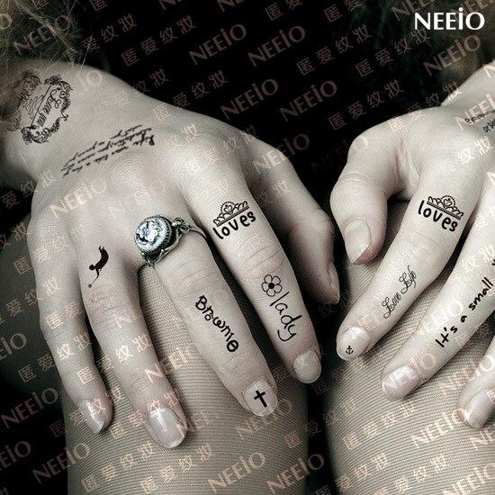Pequeño Tatuaje Temporal Letras Negro Dedo Mano Brazo Cuello Espalda
