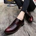 Los hombres señalaron los zapatos de cocodrilo de primavera vino rojo de la boda el novio Británico estilista zapatos crecientes