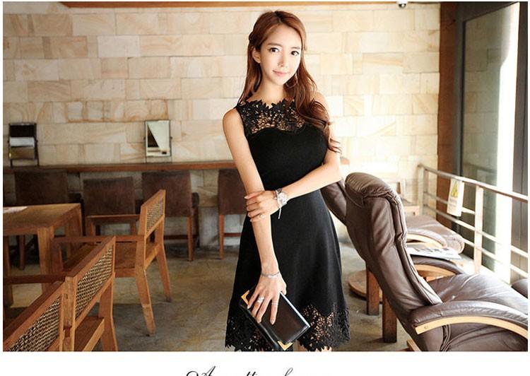 Pitsiga ääristatud must kleit