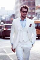 White Grooms Tuxedos Beach Wedding Suits For Men Slim Fit Men Linen Suits Three Piece Groomsmen Suit (Jacket+Pants+Vest+Tie)