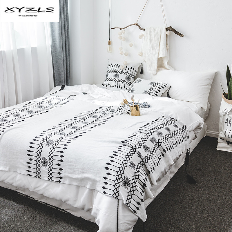 XYZLS North Europe Style Black White Geometric Blankets Soft Cotton Knitted Throw Blankets for Sofa Bed Home Use 130x160cm