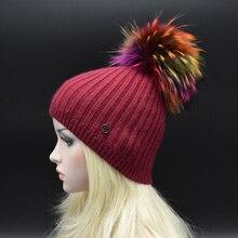 Женщины Лучший подарок 22 СМ большой мех енота помпонами шерсть Шапка Зимняя крышки Моды вертикальные полосы вязать шляпу цвет меховая шапка для леди