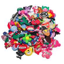 100 adet rastgele PVC karikatür simgesi broş Pins Anime figürü Pin düğme rozet Pinbacks sırt çantası giysi şapka dekor