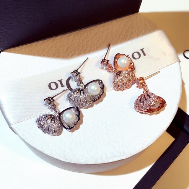 Женские серьги гвоздики серебряного цвета с жемчугом и ракушками
