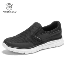 Zapatos de malla de verano Zapatos casuales de los hombres Zapatos de deslizamiento transpirable práctico de color negro Zapatos de Zapatillas respirables más el tamaño 40-48