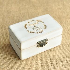 Image 1 - Spersonalizowane pudełko ślubne Retro białe rustykalne pierścień box pudełko na okaziciela pudełko na pierścionek zaręczynowy niestandardowe nazwy i data