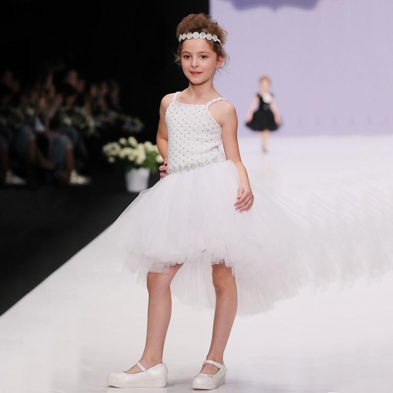 Показ мод белое платье