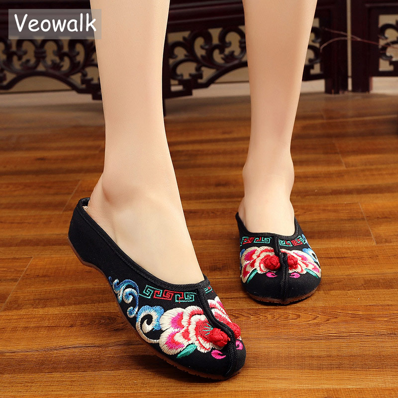 Veowalk Floral Embroidered Women's Canvas Close Toe Slippers Summer Retro Style Ladies Old Beijing Outside Home Slide Shoes