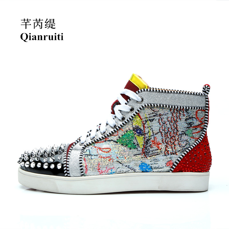 Qianruiti 2019 Men Graffiti Painting Spike Sneaker Lace-up Rivet Flat High Top Glitter Shoes Men Runway Chaussure Hommes qianruiti men mixed color spike shoes fish scale patchwork multicolor rhinestone sneaker lace up flat high top men camping shoes