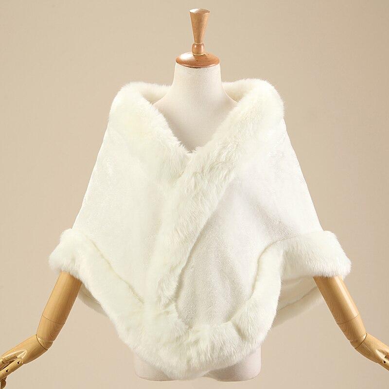Simple Pas Cher Ivoire Chaude En Fausse Fourrure De Mariage Wraps Cape  manteau de mariage accessoire 2017 ivoire fourrure manteau pour le mariage  en stock ... d324c28eea2
