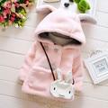 Lindo calidad caliente otoño invierno abrigos bebé conejo suave fleece capa ropa para las muchachas del niño del cabo prendas de vestir exteriores niños clothing