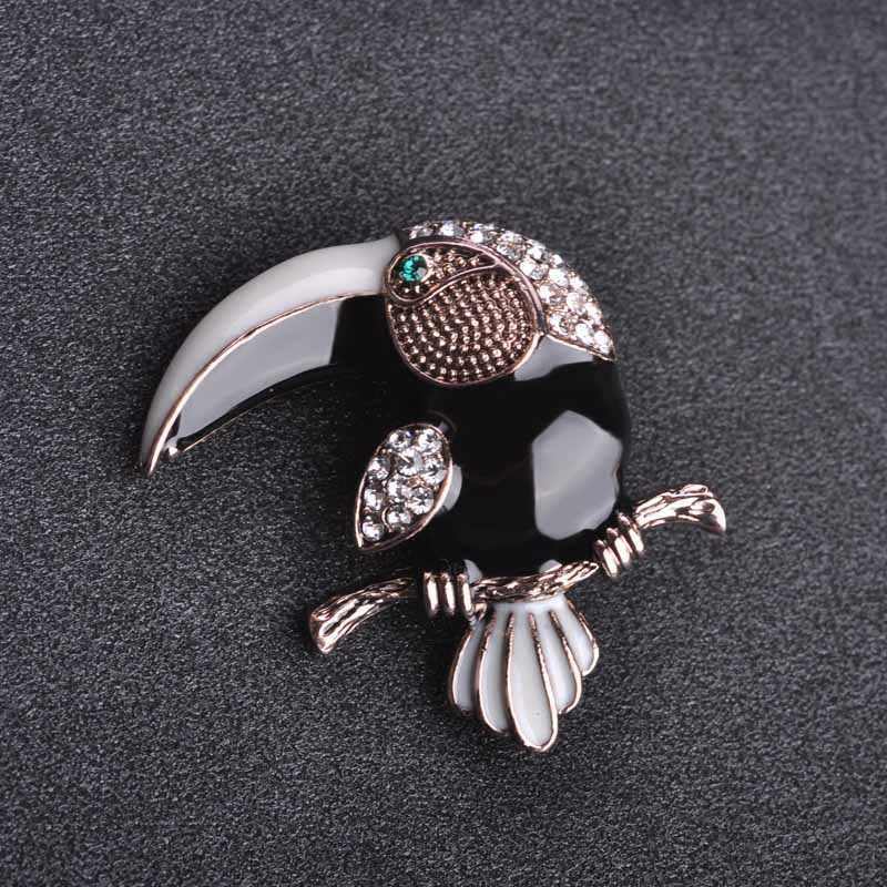 Blucome Lovely tocán forma de pájaro carpintero broches esmalte cristal negro pájaros joyería Ropa Accesorios hombres mujeres traje pin de solapa