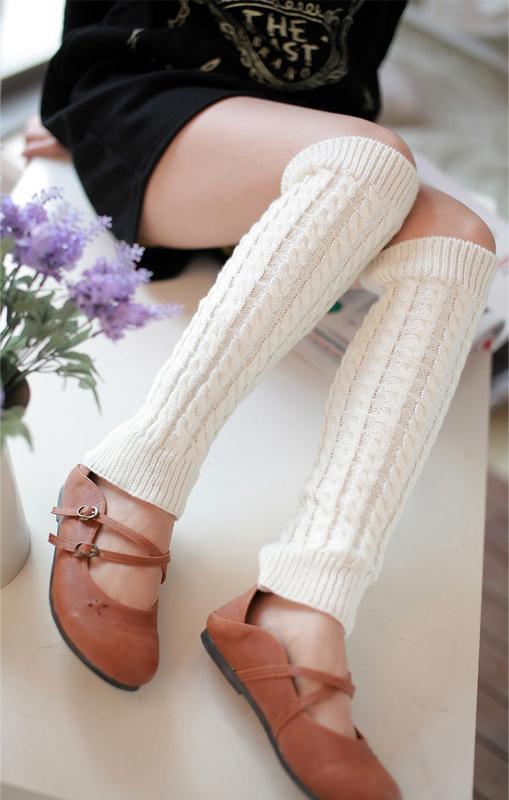 Девка в белых носках на полу