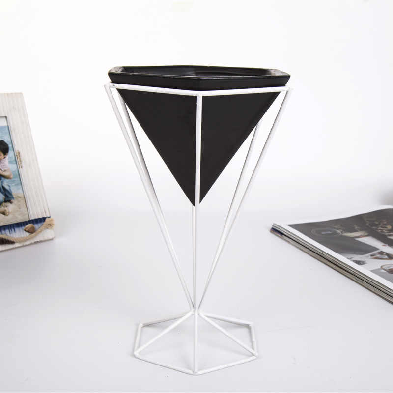 Simples E moderno Decoração Miniatures Vaso de Metal Geometria do Modelo Cabide Cesta Casa Paz Figurinhas Enfeites de Decoração do Ano Novo