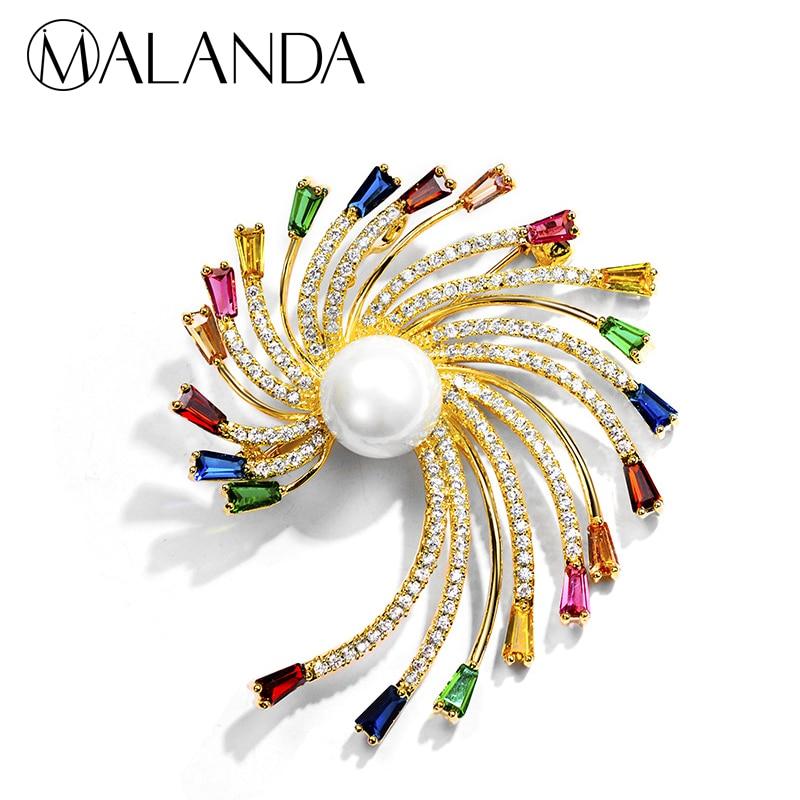 f72f95512b36 MALANDA marca perla redonda de circón Multicolor broche en forma de flor de  Color oro broches para las mujeres nueva moda de regalo de la joyería de la  boda