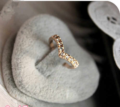 OMH wholesale 5.5 16mm golden shape of a V unique design style Mosaic crystal  alloy ring for women JZ16