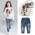 Chicas Subieron Jacquard Jeans Pant Set Cabritos de La Muchacha Ropa de Algodón 3 Unidades Abrigo Y Pantalones de Juego de Los Niños de Flor Blanca Camiseta traje