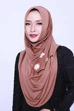 Venda moda muçulmano laço redondo hijab belas flores liso elástico islâmico envoltórios frisado cor sólida tamanho grande hijab