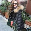 2015 nova moda casaco de inverno mulheres solto pato branco para baixo casaco com pele de guaxinim naturais casaco de inverno com capuz mulheres DX662