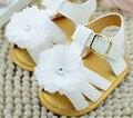 Bebé sandalias de las muchachas blanco con flor infantil mini zapatos de suela suave primeros caminante prewalkers niñas zapatos del pesebre suela antideslizante