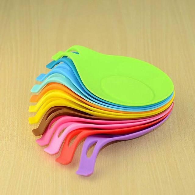 Cuchara de silicona de aislamiento estera de silicona resistente al calor de la bandeja de la cuchara de la bebida de la posavasos de la venta caliente de la herramienta de cocina-1 pc