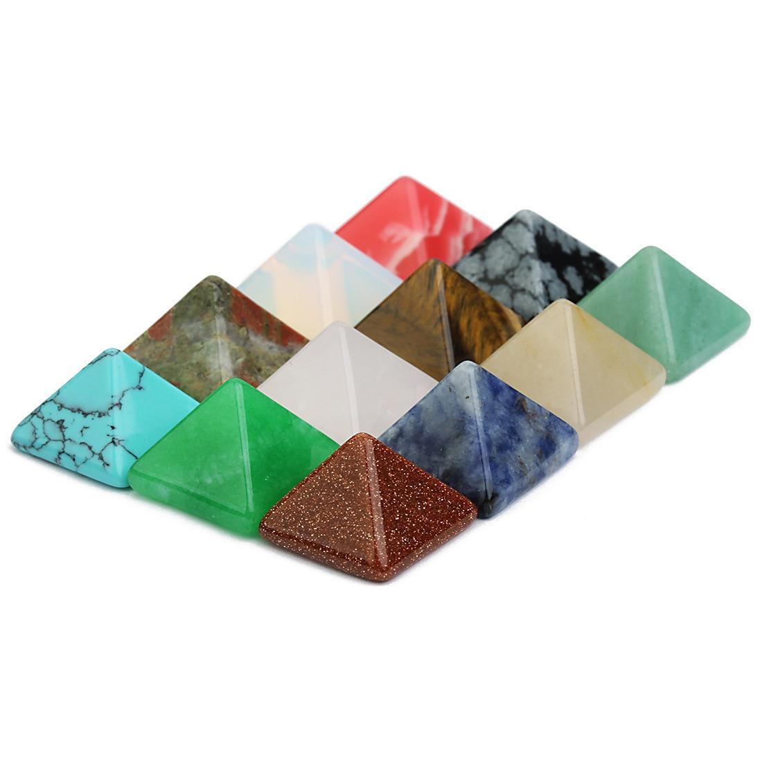 Lot de pyramides en pierres semi précieuses et cristaux au hasard