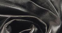 Черная мягкая натуральная личи текстуры кожа коровы целый кусок