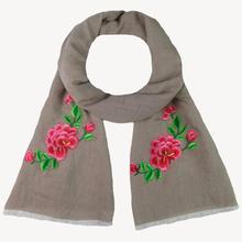 791712ce2f40 2017 Nouvelle Mode D hiver Femmes Écharpe De Luxe Marque Rose Applique de  Broderie Femmes Châle Pashmina Étole Écharpe Foulards .