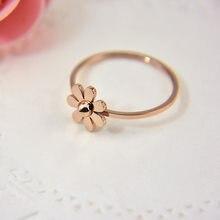 1b29d94c675b Nuevo listado Simple flor pétalos anillo de acero Titanium lindo oro rosa  pequeña Margarita flor anillos de joyería para las muj.