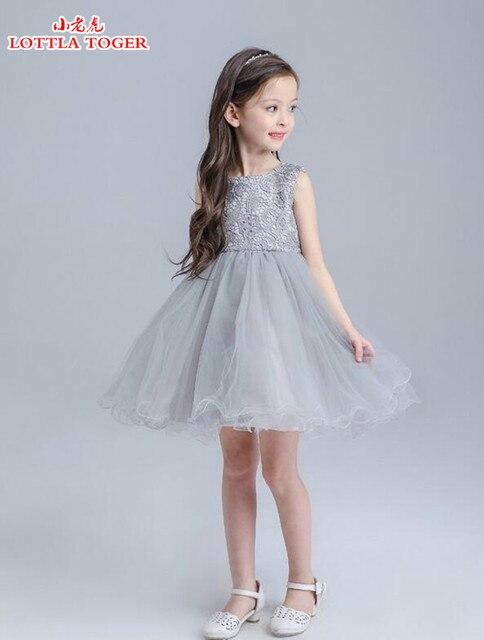 La muchacha de flor del vestido de boda celebración blanco gris ...